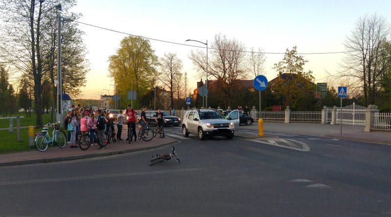 Potrącenie rowerzysty przed kościołem w Blachowni